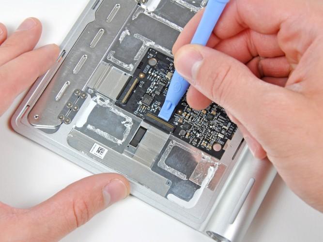 Ifixit plockar isär Magic Trackpad. Foto: Ifixit.com