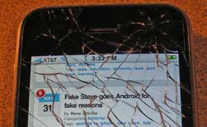 Iphone 4 med splittrad skärm. Foto: Patrick Hoesly/flickr